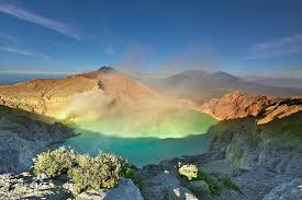 Wisata Gunung Kawah Ijen dengan Api Biru